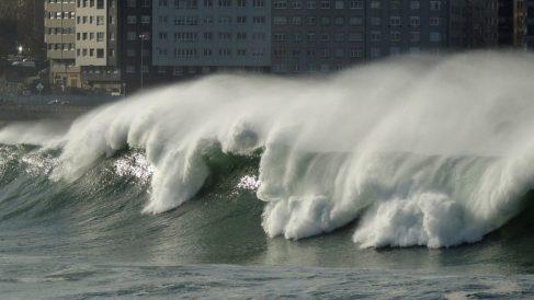 Fuerte oleaje en la bahía del Orzán en Galicia