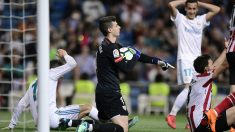 Kepa, atajando un balón durante el Real Madrid-Athletic (AFP).
