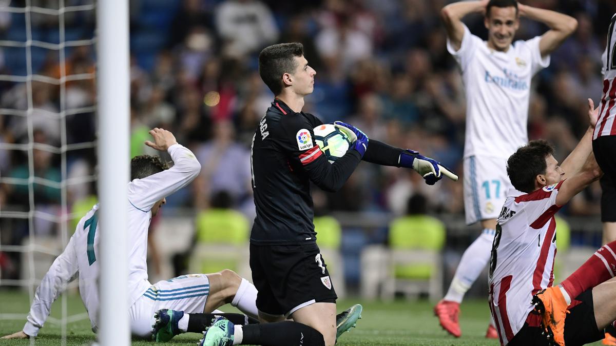 Kepa, atajando un balón durante el Real Madrid-Athletic (AFP).