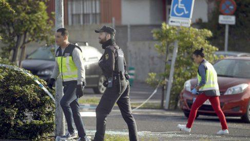 Unos policías inspeccionan el lugar de los hechos en el que un hombre murió anoche tiroteado en Tenerife (EFE).