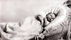 El  21 de abril de 1926 nace en Londres la princesa, Isabel II que será Reina de Inglaterra