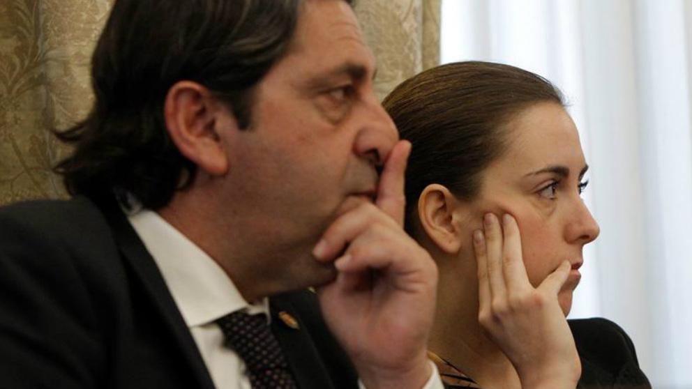 Los dos ediles no adscritos, Fernando Sepulcre y Nerea Belmonte, durante el pleno de elección de alcalde del ayuntamiento de Alicante. Foto: EFE
