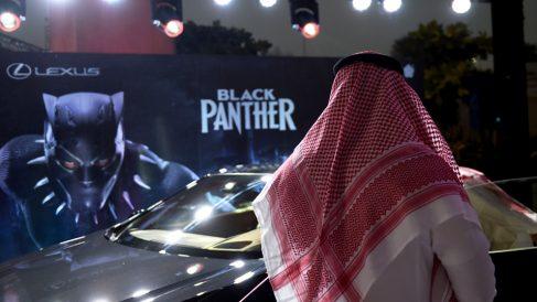 Primera proyección en un cine de Arabia Saudí en 35 años. (Foto: AFP)