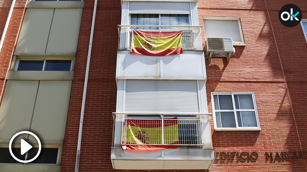 En los balcones próximos a las inmediaciones del Wanda Metropolitano, en el barrio de San Blas, se pueden ver más banderas nacionales de lo habitual.