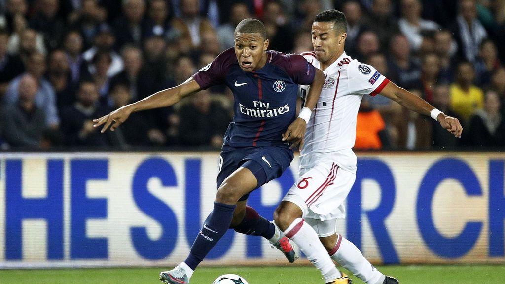 Mbappé y Thiago, durante un partido (AFP).