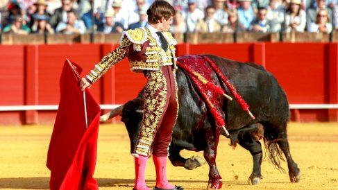 El Juli en un momento de la faena a su primer toro (Foto: Efe).