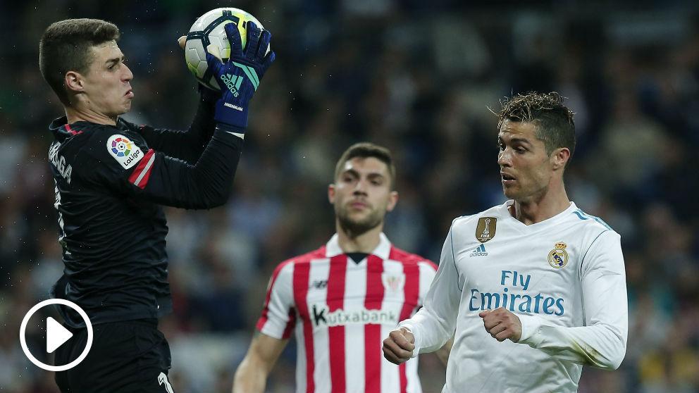 Kepa atrapa un balón durante el Real Madrid-Athletic. (Getty)