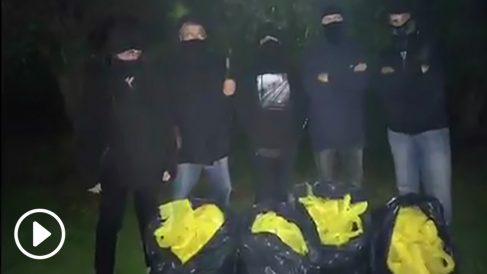 Constitucionalistas quitan 30 kilos de lazos amarillos de cuatro municipios distintos de Barcelona