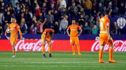 Los jugadores del Málaga se lamentan tras el gol que confirmó el descenso a segunda. (EFE)