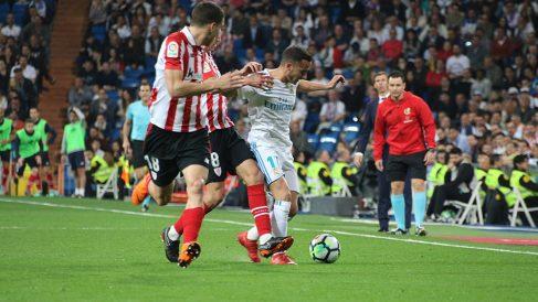 Lucas Vázquez lucha un balón en el partido contra el Athletic. (Foto: Juanma Yela)