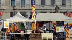 Los tenderetes separatistas que mantienen en la Plaza de Cataluña, a pesar del desalojo de Colau