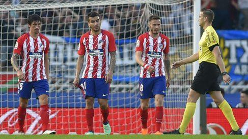 Los jugadores del Atlético, cabizbajos, tras un gol de la Real Sociedad. (AFP)