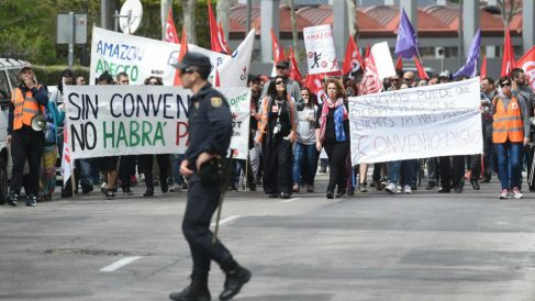 Los trabajadores de Amazon durante la manifestación este viernes en el centro de Madrid (Foto: Efe/Fernando Villar)