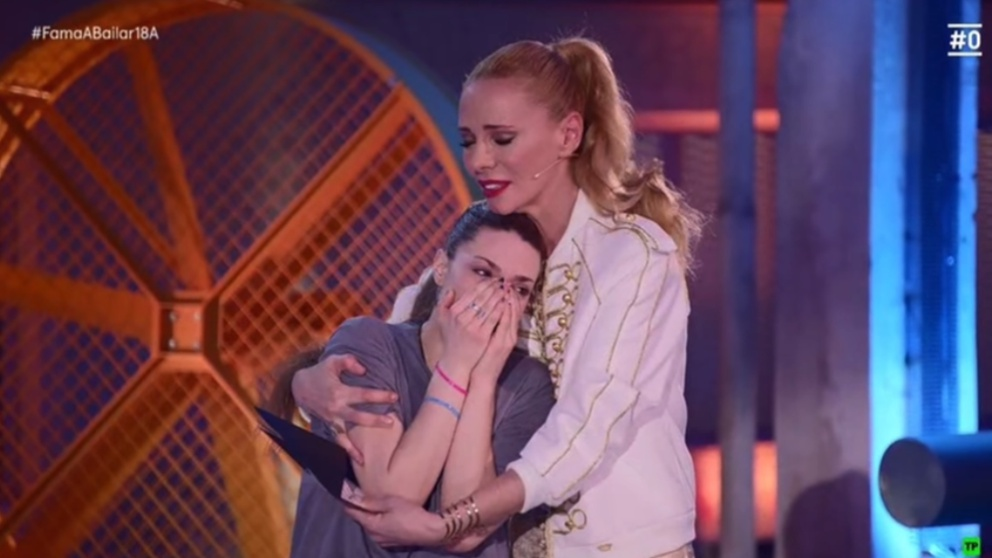 Dama se abraza a Paula al ser expulsada de 'Fama a bailar'.