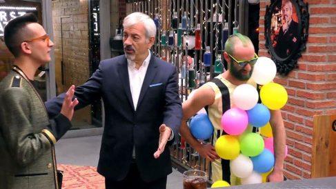 Moises se presenta con un traje de globos