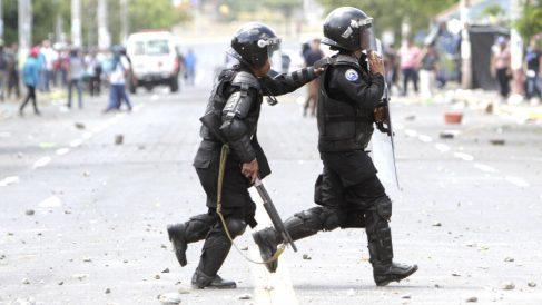 Policías durante los disturbios registrados en Managua (Foto: AFP).
