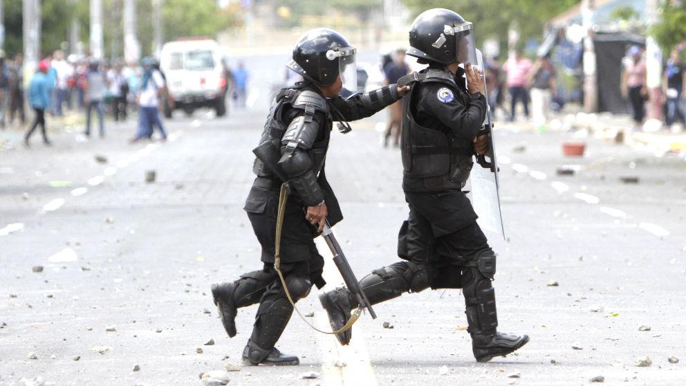 Policías durante disturbios registrados en Managua (Foto: AFP).