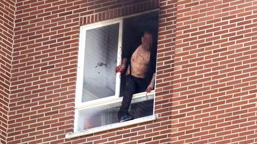 El asesino de una madre y su hija en Vitoria se arroja por la ventana tras también provocar un incendio. (Foto: EFE)