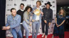 Tim Kingsbury, Jeremy Gara, Regine Chassagne, Richard Reed Parry y Win Butler de Arcade Fire tras recibir un premio en Canadá. Foto: AFP