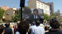 Carles Puigdemont en la plaza en honor al 1-O en Gerona. (Foto: OKDIARIO)