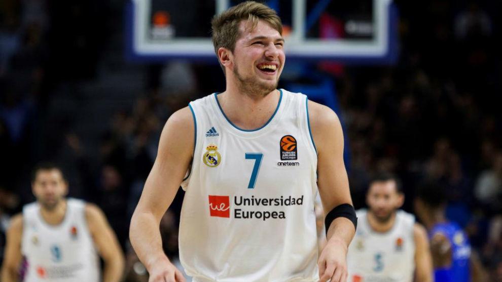 Luka Doncic sonríe tras meter una canasta en un partido (EFE).