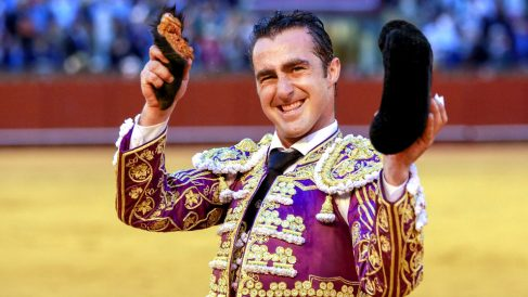 El Fandi exhibe la oreja cortada este sábado en Sevilla (Foto: Efe).