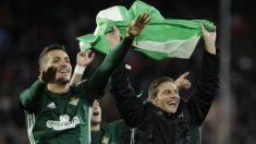 Feddal y Joaquín celebran la victoria del Betis frente al Sevilla. (AFP)