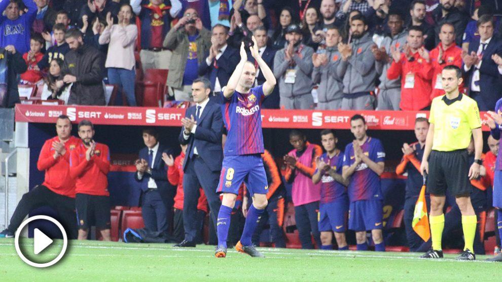 Iniesta aplaude a los aficionados del Barcelona en el Wanda. (Foto: Juanma Yela).