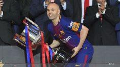 Andrés Iniesta levanta el título de Copa del Rey (AFP).