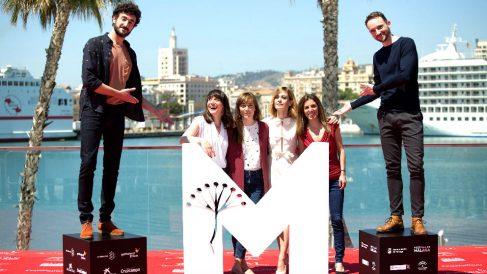 Protagonistas, directora y productora de 'Las distancias' posan en Málaga (Foto: Efe).