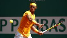Rafael Nadal, a punto de golpear una derecha en el partido frente a Dimitrov en Montecarlo. (Getty)