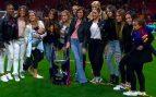 Las WAGs del Barça celebran la victoria sobre el césped… sin Skakira