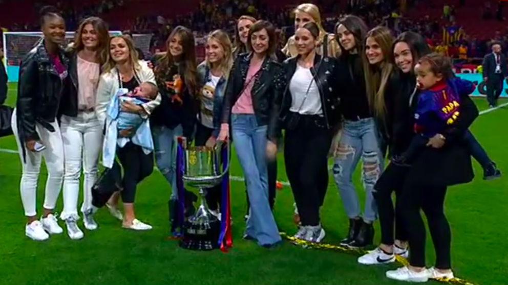 Las wags del Barça celebran la Copa del Rey sobre el césped del Wanda Metropolitano.