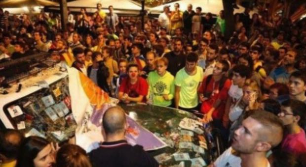 Los independentistas con narices de payaso acosando a la Guardia Civil en Manresa