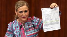 Cristina Cifuentes muestra su presunto máster (Foto:EFE)