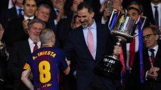 Felipe VI entrega la Copa del Rey a Iniesta. (Getty)