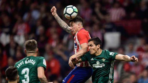 José María Giménez remata un balón durante el Atlético – Betis. (AFP)