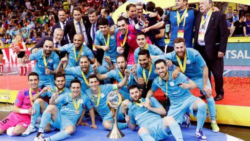 Los jugadores de Inter Movistar con el trofeo de campeones de Europa. (EFE)