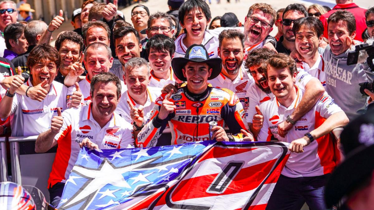Marc Márquez celebra con su equipo su dominio en Austin.