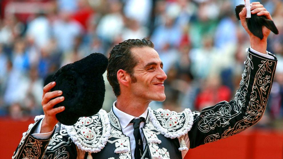 Pepe Moral exhibe la oreja cortada a su segundo toro (Foto: Efe).