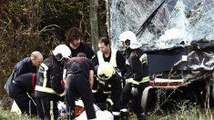 Bomberos y servicios sanitarios en el lugar del accidente (Foto: Efe).