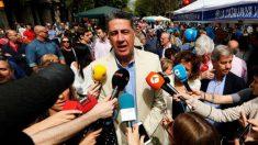 El líder del PP catalán, Xavier García Albiol, atendiendo a la prensa durante el día de Sant Jordi en la Rambla de Barcelona. Foto: EFE