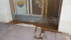 Excrementos de animal lanzados por los separatistas contra la sede de Ciudadanos en Hospitalet.