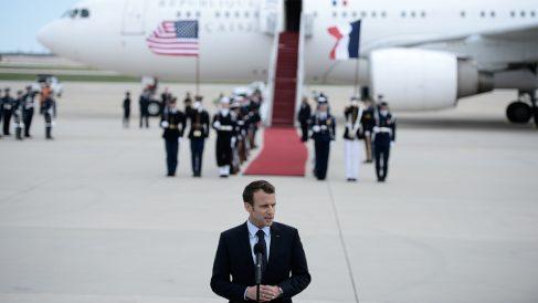 El presidente francés, Emmanuel Macron, a su llegada a la base Andrews, al sur de Washington, para su visita de de Estado a EEUU. (AFP)