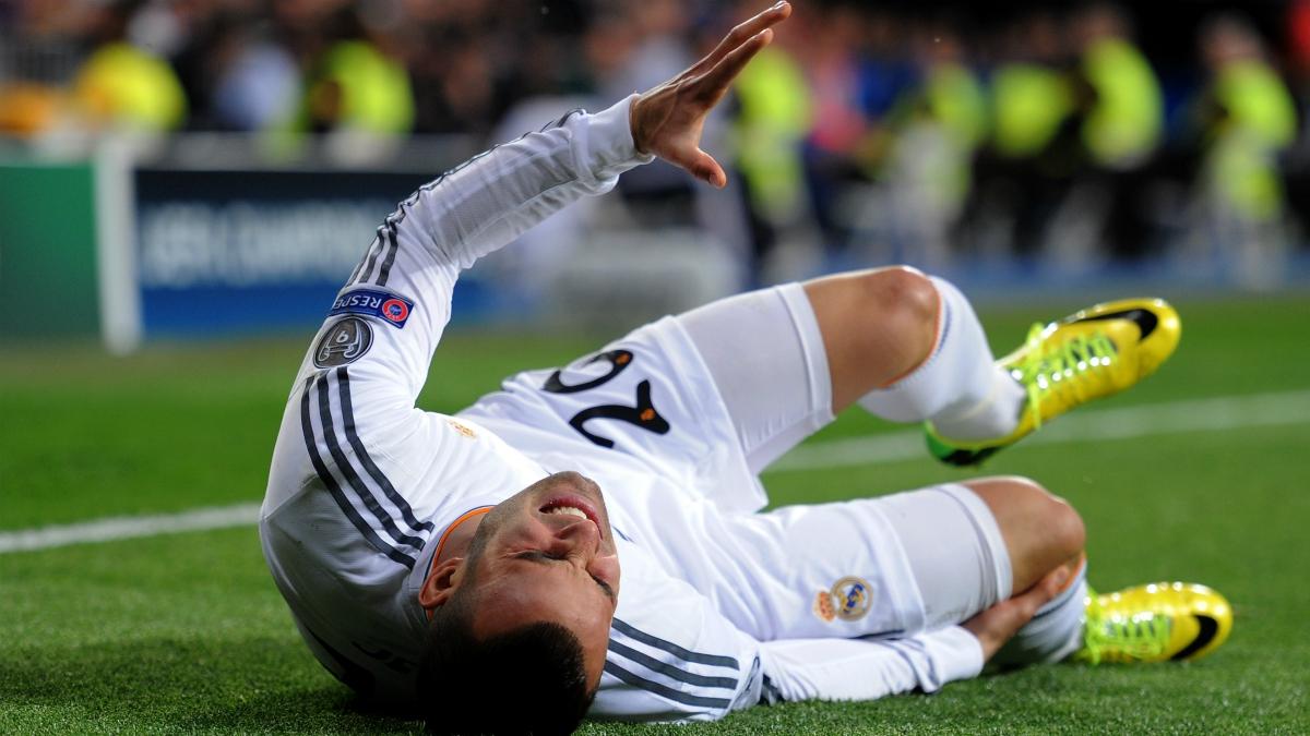 Jesé se duele en el suelo después de su lesión en marzo de 2014. (Getty Images)