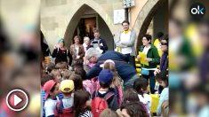 Niños cantan en San Jordi en Vic una canción separatista