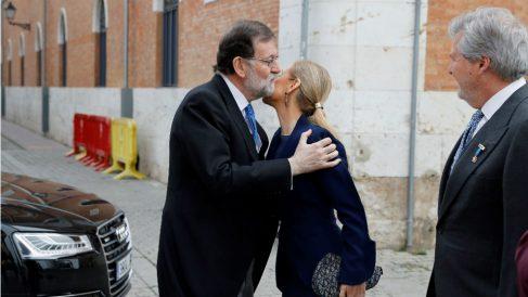 Mariano Rajoy saluda a Cristina Cifuentes.