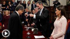 El escritor nicaragüense Sergio Ramírez recibe el Premio Cervantes de manos del Rey Felipe VI, en presencia de la Reina Letizia. (EFE)
