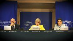 Carlos Silva, de Impulso Ciudadano, la eurodiputada Beatriz Becerra y Ana Losada, de la Asamblea por una Escuela Bilingüe, en el eParlamento Europeo. (OKD)