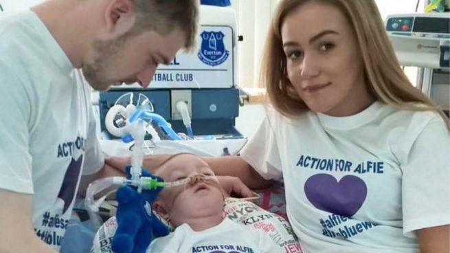 El bebé Alfie con sus padres